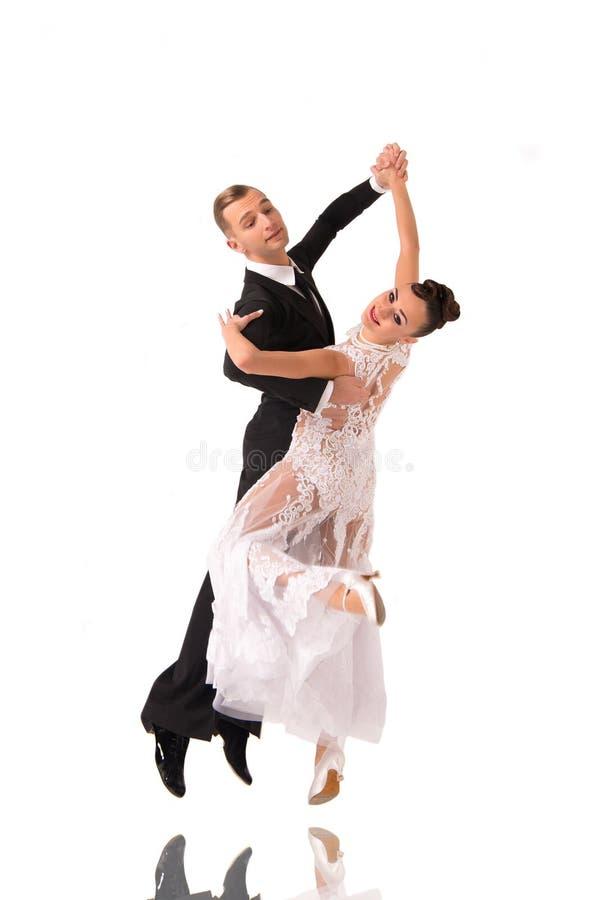 Το ζεύγος χορού Ballrom σε έναν χορό θέτει απομονωμένος στο άσπρο bachground στοκ φωτογραφία