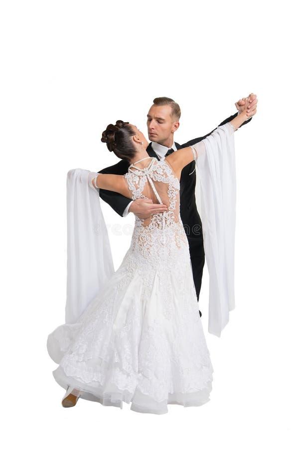Το ζεύγος χορού Ballrom σε έναν χορό θέτει απομονωμένος στο άσπρο bachground στοκ φωτογραφίες με δικαίωμα ελεύθερης χρήσης