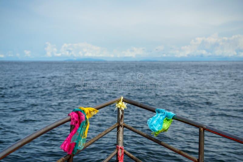 Το ζωηρόχρωμοι ύφασμα πίστης δαντελλών και ο δεσμός κορδελλών με το κεφάλι βαρκών ψαράδων στρογγύλεψαν τη ράγα ανοξείδωτου που πλ στοκ εικόνα με δικαίωμα ελεύθερης χρήσης