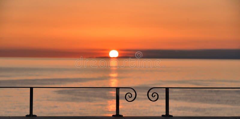 Το ζωηρόχρωμο θερμό πορτοκαλί ηλιοβασίλεμα στη θάλασσα Mediteranian κοίταξε από το σταθμό τρένου σε Manarola, Cinque Terre στη Λι στοκ φωτογραφία με δικαίωμα ελεύθερης χρήσης
