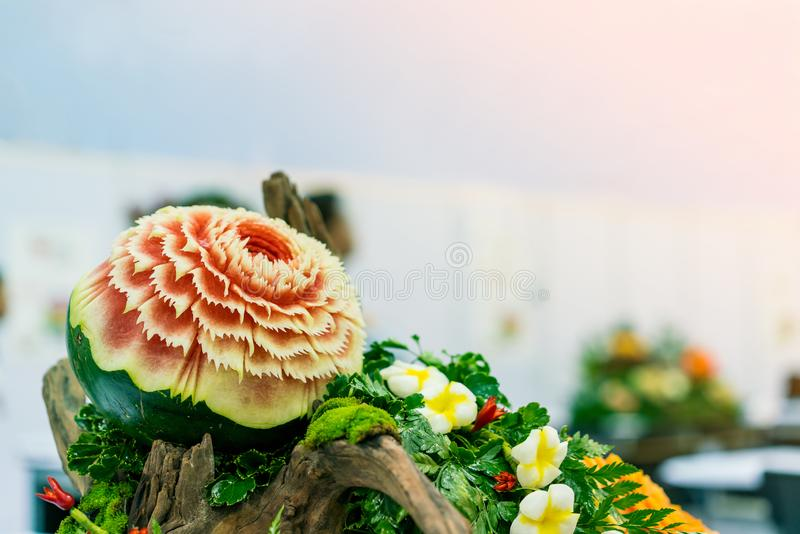 Το ζωηρόχρωμο και όμορφο καρπούζι χάρασε ή γλυπτός στο πράσινο φύλλο με το διάστημα αντιγράφων στοκ φωτογραφία με δικαίωμα ελεύθερης χρήσης