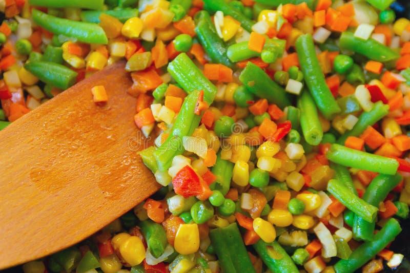 Το ζωηρόχρωμο μίγμα των λαχανικών είναι τηγανισμένο παν στενό σε έναν επάνω τηγανίσματος στοκ φωτογραφίες με δικαίωμα ελεύθερης χρήσης