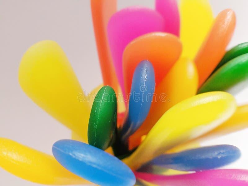 Το ζωηρόχρωμο πλαστικό επιτραπέζιο σκεύος παρακολουθεί την πιό στενή άποψη στοκ φωτογραφίες