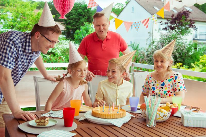 Το ζωηρόχρωμο πορτρέτο της ευτυχούς οικογένειας γιορτάζει τα γενέθλια και το grandpa στοκ εικόνες με δικαίωμα ελεύθερης χρήσης