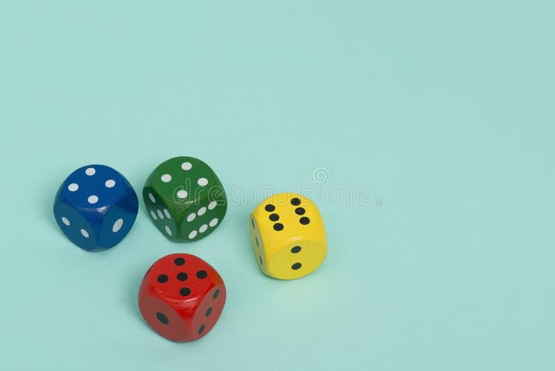 Το ζωηρόχρωμο τυχερό παιχνίδι τέσσερα χωρίζει σε τετράγωνα σε ένα τυρκουάζ μπλε υπόβαθρο που βλέπει στοκ εικόνα