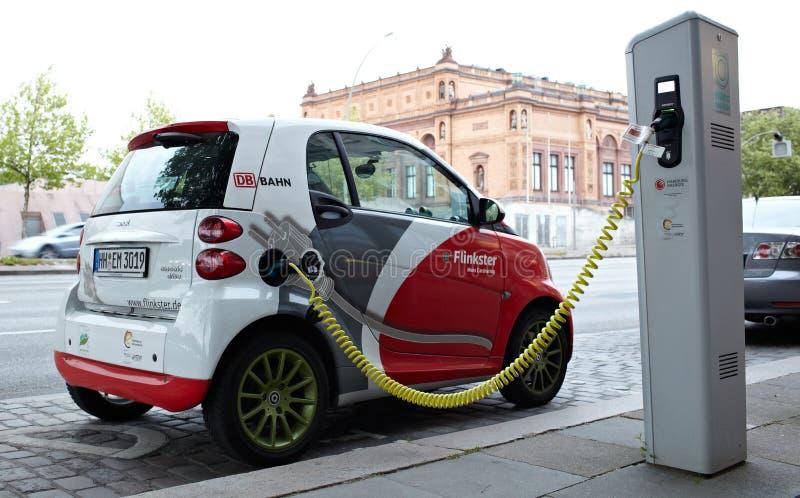 Το ηλεκτρο αυτοκίνητο χρεώνει στοκ εικόνα