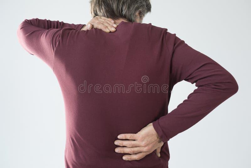 Το ηλικιωμένο άτομο έχει τον πίσω και πόνο λαιμών στοκ φωτογραφία με δικαίωμα ελεύθερης χρήσης