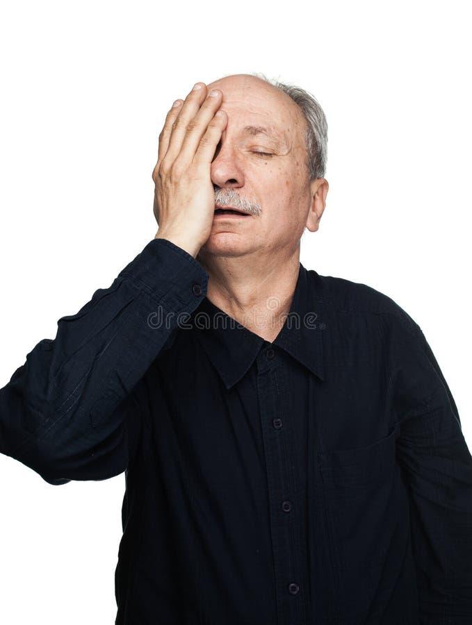 Το ηλικιωμένο άτομο πάσχει από τον πονοκέφαλο στοκ φωτογραφία με δικαίωμα ελεύθερης χρήσης
