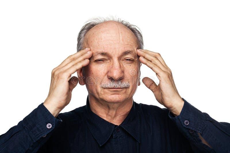 Το ηλικιωμένο άτομο πάσχει από τον πονοκέφαλο στοκ φωτογραφίες με δικαίωμα ελεύθερης χρήσης