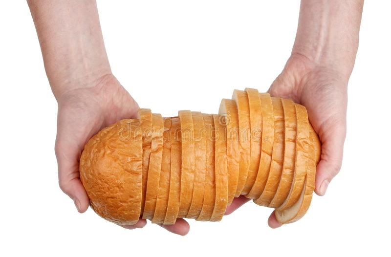 Το ηλικιωμένο άτομο Baker κρατά στα χέρια μια τεμαχισμένη άσπρη φραντζόλα ψωμιού στοκ φωτογραφίες