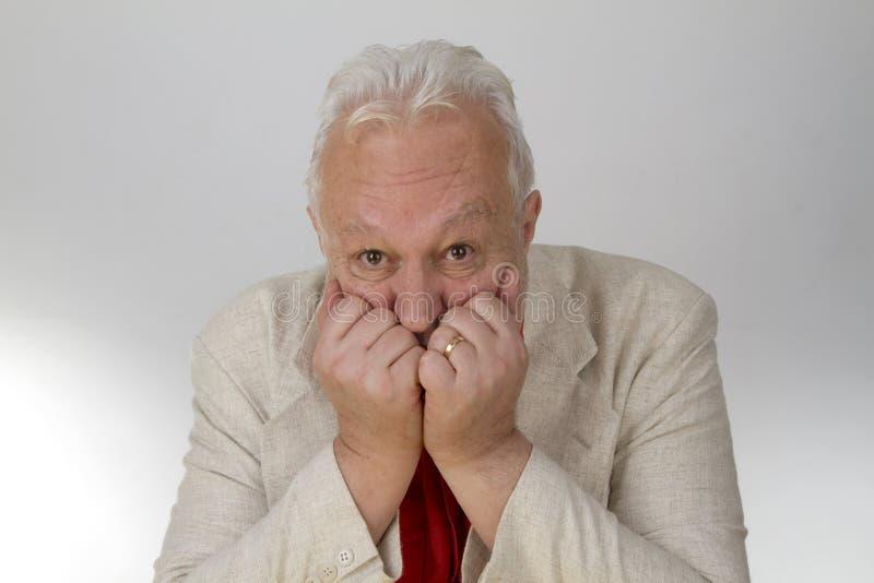 Το ηλικιωμένο πρόσωπο κοιτάζει στο φόβο στοκ φωτογραφία