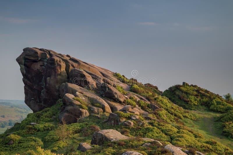 Το ηλιοβασίλεμα ανάβει την ερείκη και τους βράχους στους βράχους Ramshaw στο μέγιστο εθνικό πάρκο περιοχής στοκ φωτογραφία