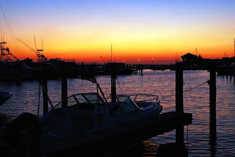 Το ηλιοβασίλεμα δίνει μια ειρηνική αύρα σε μια μικρή μαρίνα στοκ φωτογραφία με δικαίωμα ελεύθερης χρήσης