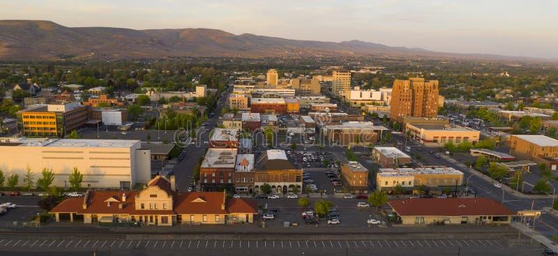 Το ηλιοβασίλεμα λούζει στο κέντρο της πόλης Yakima Ουάσιγκτον στο χρυσό φως στοκ φωτογραφίες