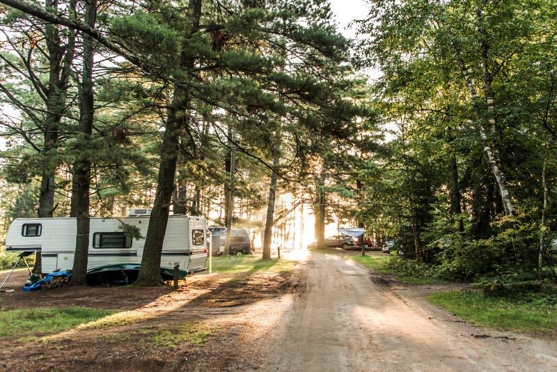 Το ηλιοβασίλεμα στη λίμνη Algonquin Campground δύο ποταμών του εθνικού πάρκου όμορφος φυσικός δασικός Καναδάς στάθμευσε το τροχόσ στοκ εικόνα με δικαίωμα ελεύθερης χρήσης