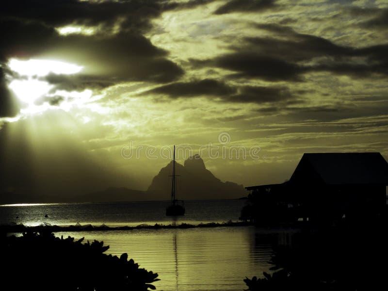 Το ηλιοβασίλεμα στο σκοτάδι βουνών της Ταϊτή νησιών είναι υπόβαθρο στοκ φωτογραφία με δικαίωμα ελεύθερης χρήσης