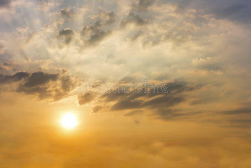 Το ηλιοβασίλεμα στο χρόνο λυκόφατος με τα σύννεφα και τον ήλιο λάμπει μέσω του ρ στοκ εικόνες με δικαίωμα ελεύθερης χρήσης