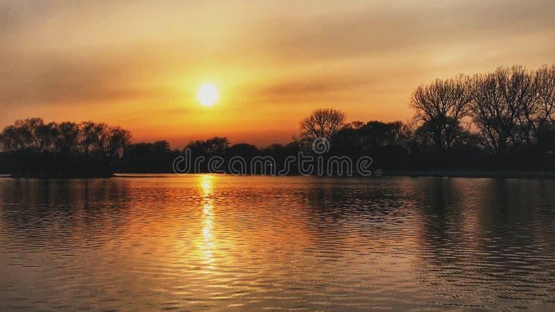 Το ηλιοβασίλεμα του Πεκίνου Houhai στοκ εικόνες