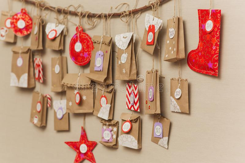 Το ημερολόγιο εμφάνισης που κρεμά στον τοίχο μικρές εκπλήξεις δώρων για τα παιδιά στοκ φωτογραφίες με δικαίωμα ελεύθερης χρήσης