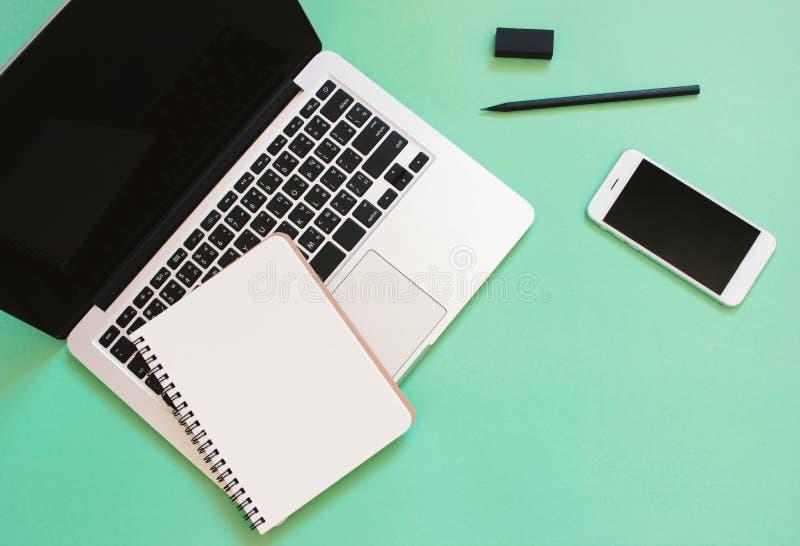 Το δημιουργικό επίπεδο βάζει το σχέδιο του γραφείου χώρου εργασίας με το lap-top στοκ φωτογραφίες