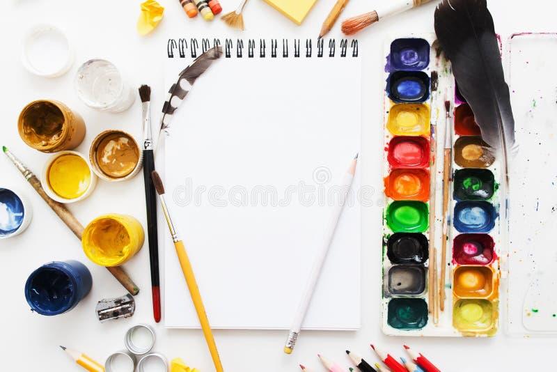 Το δημιουργικό επίπεδο εργασιακών χώρων καλλιτεχνών βάζει, πρότυπο στοκ εικόνες