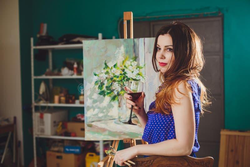 Το δημιουργικό σκεπτικό κορίτσι ζωγράφων χρωματίζει μια ζωηρόχρωμη εικόνα στο canva στοκ φωτογραφίες με δικαίωμα ελεύθερης χρήσης