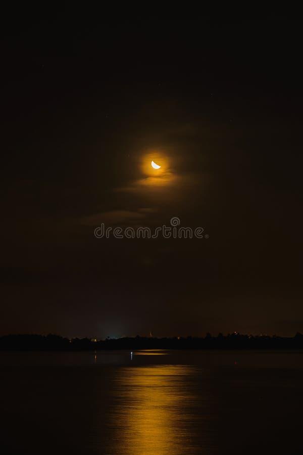 Το ημισεληνοειδές φεγγάρι απεικονίζει το νερό που τη νύχτα είναι μόνο στοκ εικόνες