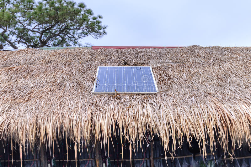 Το ηλιακό κύτταρο επάνω η στέγη για την ενέργεια στο δάσος στοκ φωτογραφία με δικαίωμα ελεύθερης χρήσης