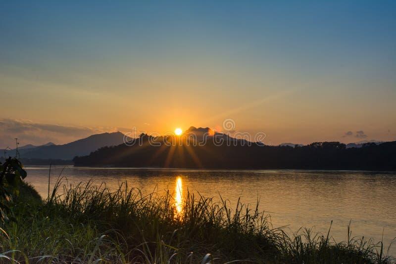 Το ηλιοβασίλεμα πέρα από το ποταμό Μεκόνγκ, τοποθετεί Phousi, Luang Prabang, Λάος στοκ εικόνα