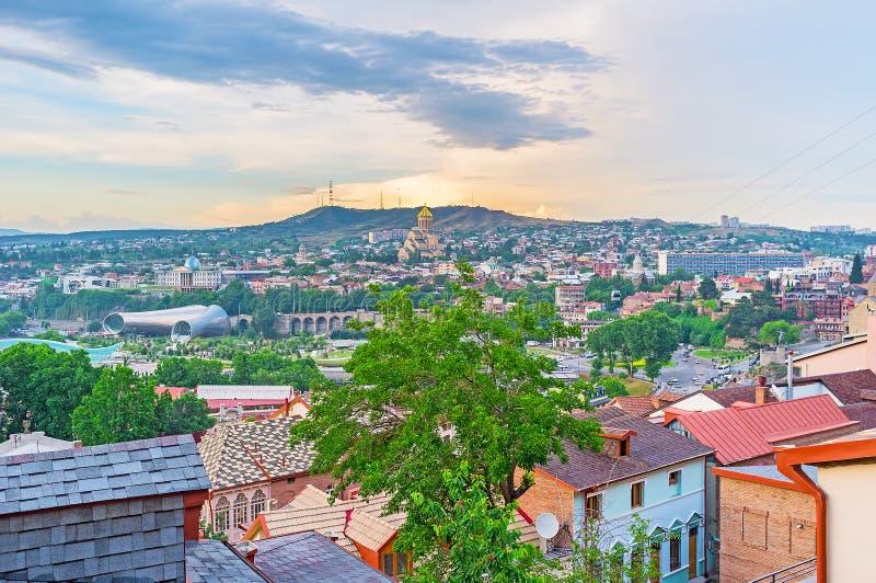 Το ηλιοβασίλεμα πέρα από το Tbilisi στοκ εικόνα