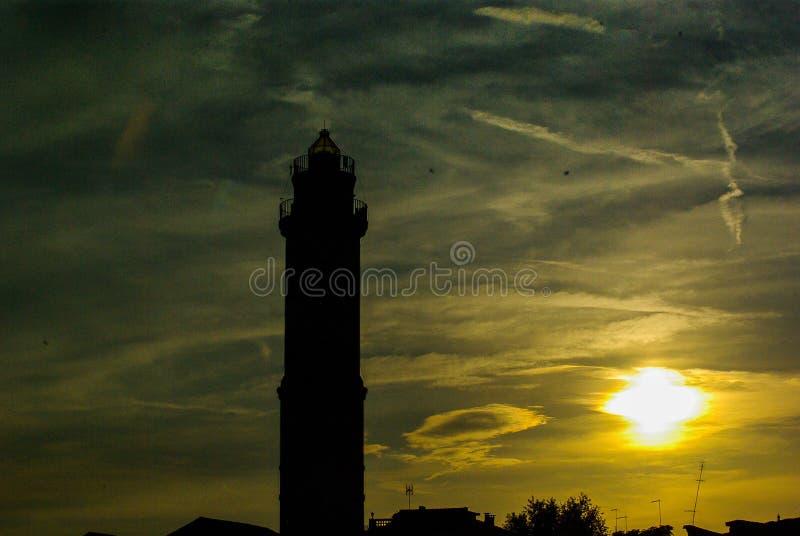 Το ηλιοβασίλεμα στη λιμνοθάλασσα είναι εδώ ο φάρος στο νησί Murano - τη Βενετία στοκ φωτογραφίες