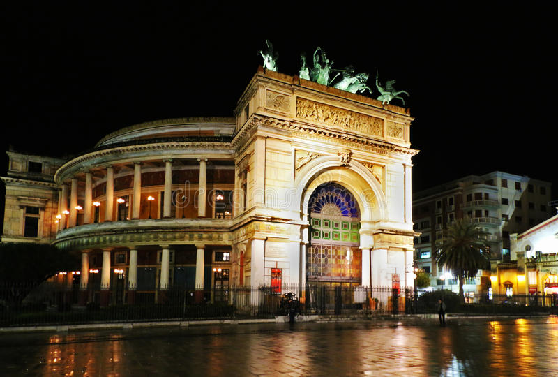Το θέατρο Politeama στο Παλέρμο, Σικελία, τή νύχτα στοκ φωτογραφίες με δικαίωμα ελεύθερης χρήσης