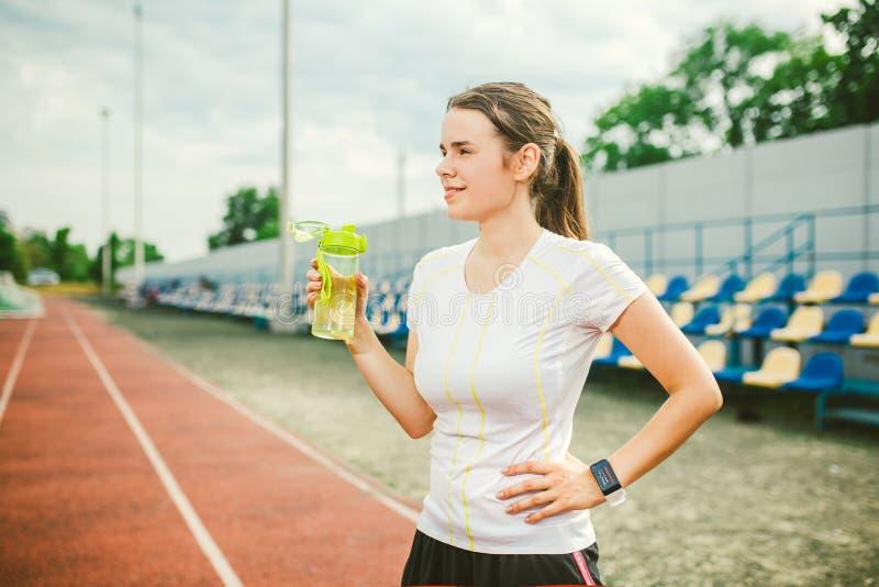 Το θέμα είναι αθλητισμός και υγεία Η όμορφη νέα καυκάσια γυναίκα με το μεγάλο δρομέα αθλητών στηθών στέκεται στο τρέξιμο στοκ φωτογραφία με δικαίωμα ελεύθερης χρήσης