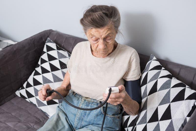 Το θέμα είναι πολύ ηλικιωμένο άτομο και προβλήματα υγείας Μια ανώτερη καυκάσια γυναίκα, 90 χρονών, με τις ρυτίδες και την γκρίζα  στοκ φωτογραφία με δικαίωμα ελεύθερης χρήσης