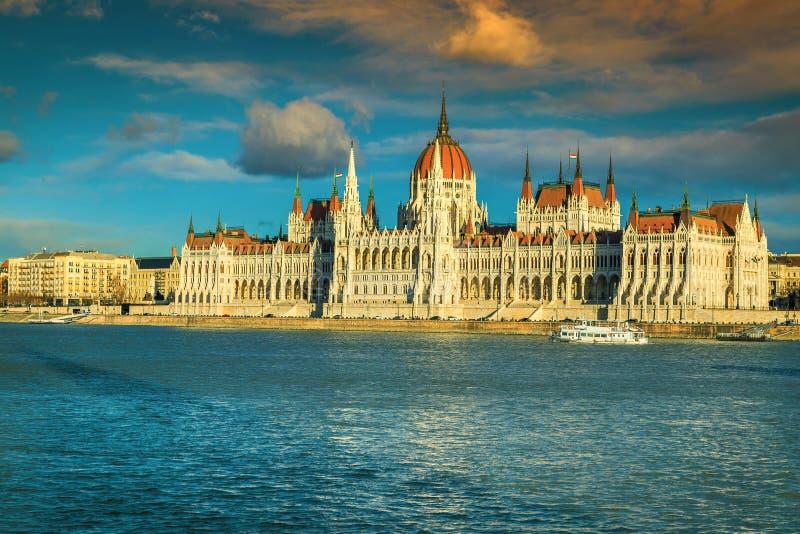 Το θεαματικό και διάσημο ουγγρικό Κοινοβούλιο στο ηλιοβασίλεμα με τον ποταμό Δούναβη στοκ εικόνα με δικαίωμα ελεύθερης χρήσης