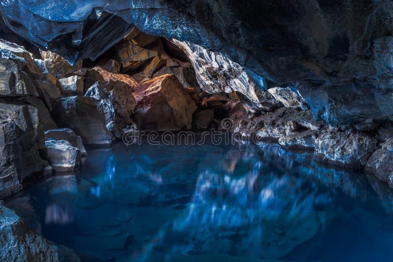Το θερμικό νερό θερμαίνει αυτήν την μαγική σπηλιά στην Ισλανδία στοκ φωτογραφίες