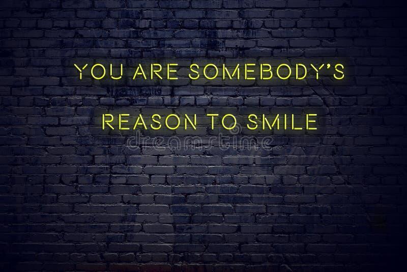 Το θετικό ενθαρρυντικό απόσπασμα στο σημάδι νέου ενάντια στο τουβλότοιχο εσείς είναι somebodys λόγος να χαμογελάσει ελεύθερη απεικόνιση δικαιώματος