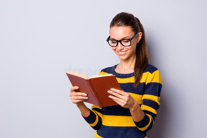 Το θετικό εύθυμο ικανοποιημένο εγχειρίδιο χεριών λαβής μικρής διακοπής σπασιμάτων γνώσης Σαββατοκύριακου προσώπων γυναικείων κολλ στοκ εικόνα