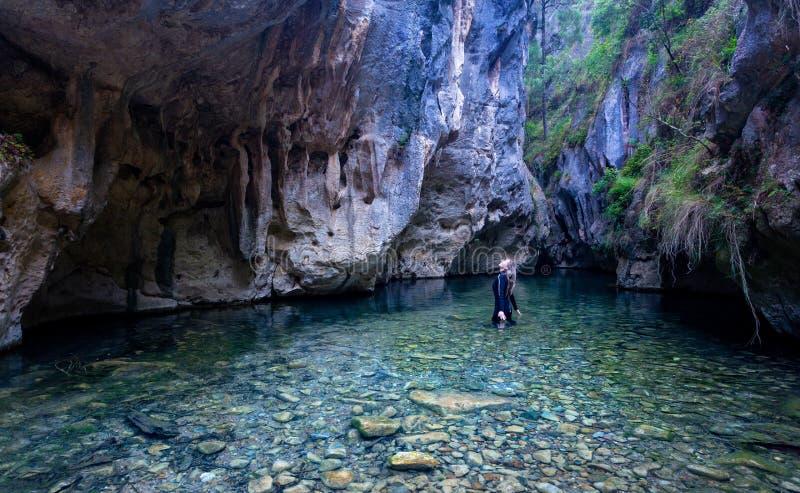 Το θηλυκό ανατρέχει στο δέο θαυμάζοντας τους τοίχους και τις σπηλιές φαραγγιών υψηλούς επάνω από την στοκ φωτογραφία με δικαίωμα ελεύθερης χρήσης