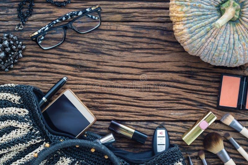 Το θηλυκό ομορφιάς επίπεδο μόδας εξαρτημάτων καλλυντικό βάζει στο grunge στοκ φωτογραφία με δικαίωμα ελεύθερης χρήσης