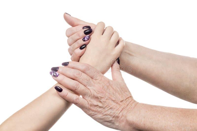Το θηλυκό παλαιό χέρι κρατά μια παλάμη παιδιών στοκ εικόνες