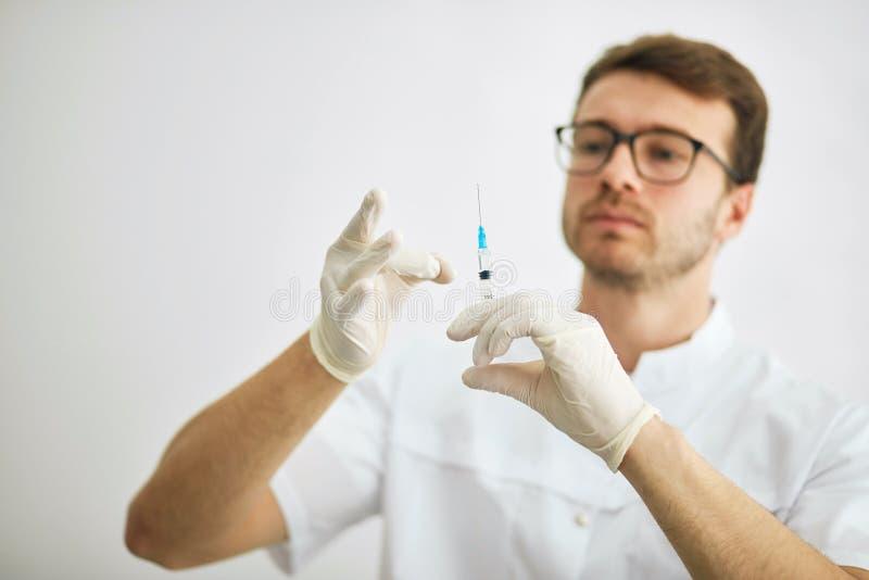 Το θηλυκό cosmetologist προετοιμάζεται για μια έγχυση στοκ φωτογραφία με δικαίωμα ελεύθερης χρήσης