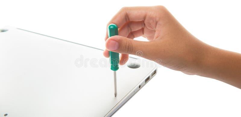 Το θηλυκό εφηβικό χέρι ξεβιδώνει το lap-top ΙΙ στοκ εικόνες με δικαίωμα ελεύθερης χρήσης