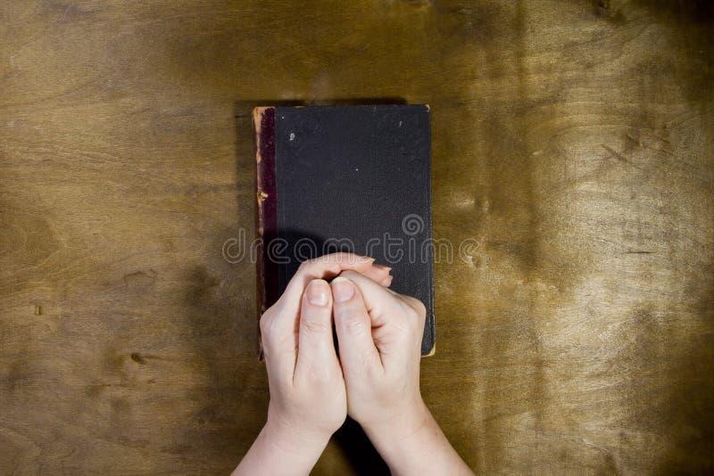 Το θηλυκό παραδίδει την προσευχή στοκ εικόνα με δικαίωμα ελεύθερης χρήσης