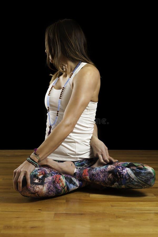 Το θηλυκό πρότυπο γιόγκας κάθισε τη συστροφή στοκ εικόνες με δικαίωμα ελεύθερης χρήσης