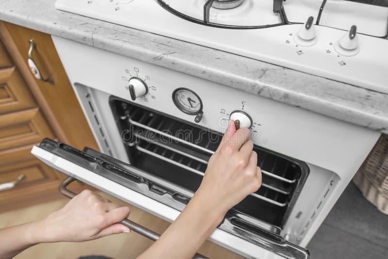 Το θηλυκό χέρι περιλαμβάνει το φούρνο στοκ εικόνες με δικαίωμα ελεύθερης χρήσης