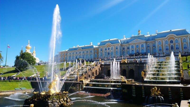 Το διάσημο μεγάλο παλάτι Peterhof και η ομάδα καταπληκτικών πηγών πέφτουν απότομα μπροστά από το στοκ φωτογραφία