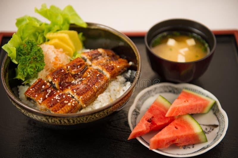 Το ιαπωνικό χέλι που ψήνεται στη σχάρα με το ρύζι ή Unagi φορά στοκ εικόνα