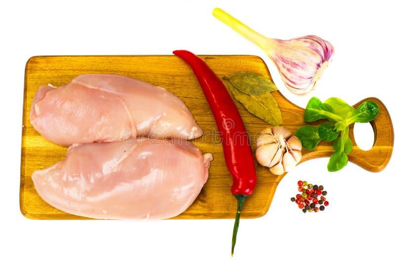 Το διασπασμένο σφάγιο του ακατέργαστου κοτόπουλου Απομονωμένος στο λευκό στοκ φωτογραφία με δικαίωμα ελεύθερης χρήσης