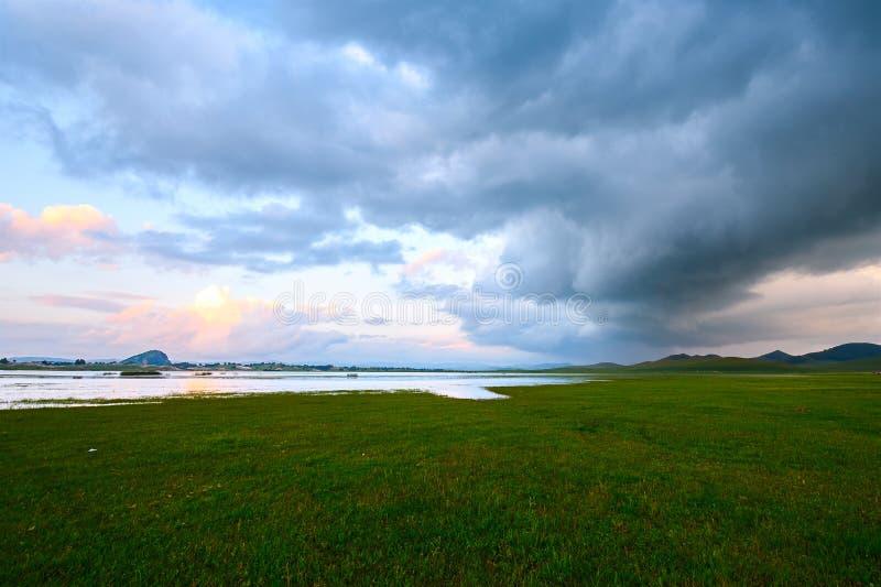 Το λιβάδι και τα σύννεφα στοκ φωτογραφίες